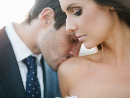 golden-spray-tan-groom-kissing-bride-amy-4255